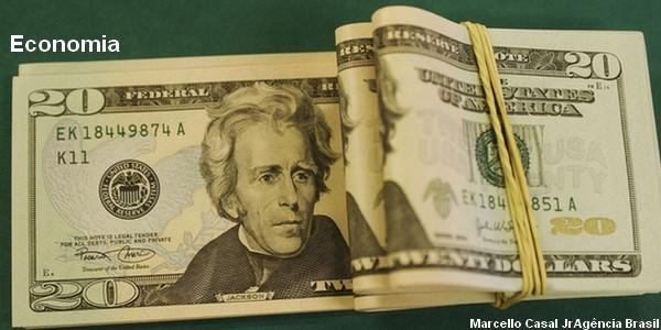 Influenciado por exterior, dólar tem maior queda em três meses