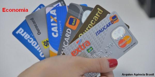 Inadimplência cai, mas dívidas batem recorde, aponta pesquisa